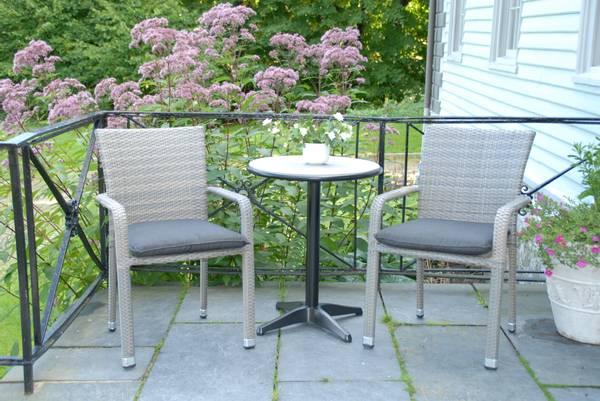 Bilde av Plaza sett 2 stablestoler+bord Ø60 cm - gråbeige/sort